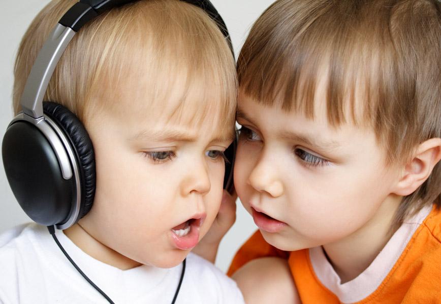 Ребенок слушает картинка музыку